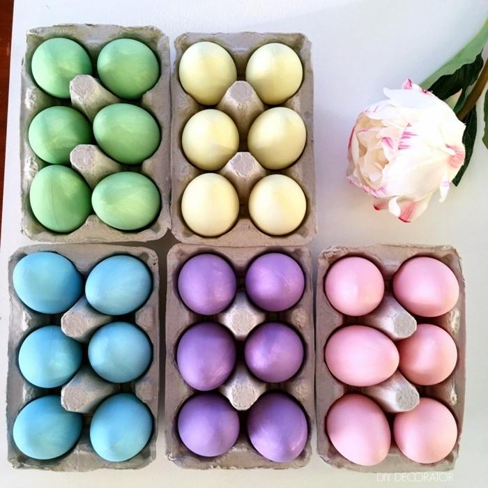 preciosa decoración con huevos pintados en colores pastel, huevos en amarillo, rosado, lila, azul y verde, pintura con acabado mate