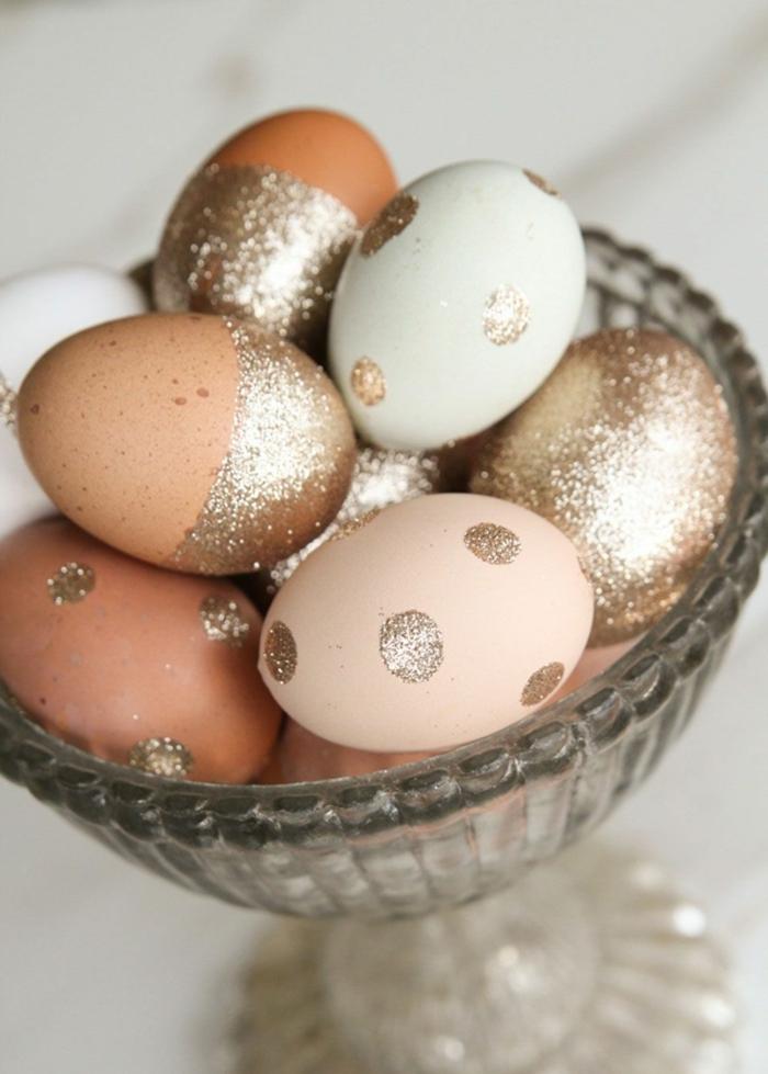 huevos decorados con purpurina en color dorado, decoración original y atractiva para la pascua, como hacer huevos de pascua técnicas fáciles