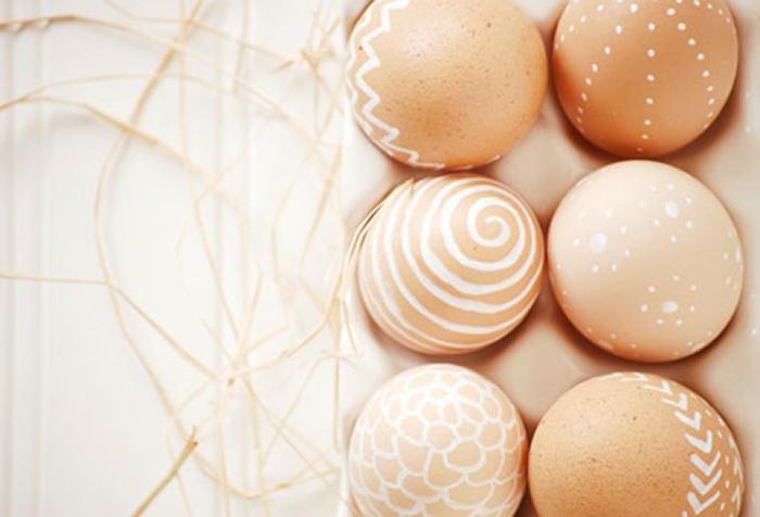 como pintar huevos de pascua con vela, decoración elegante y fácil de hacer para la Pacua
