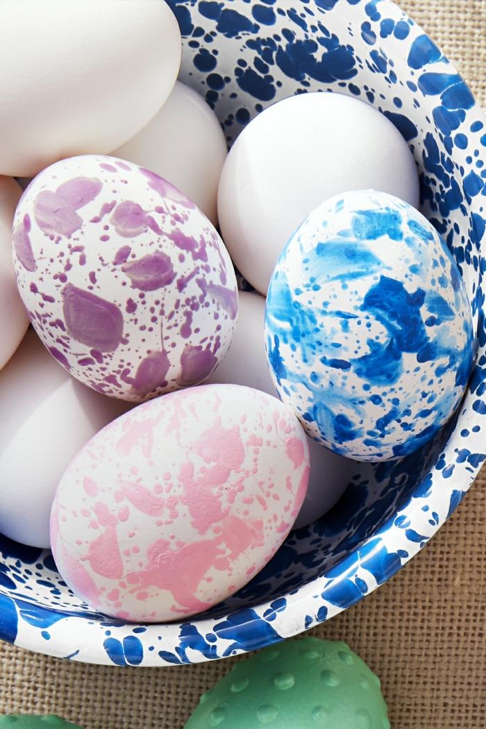 bonitos huevos pintados en diferentes colores con pintura acrílica, efecto original, como pintar huevos de pascua paso a paso