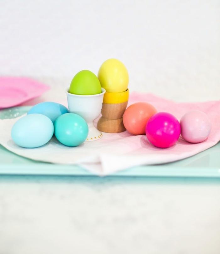 huevos pintados en colores chillones, preciosa decoración para tu mesa de Pascua, como pintar huevos de pascua de manera simple y bonita