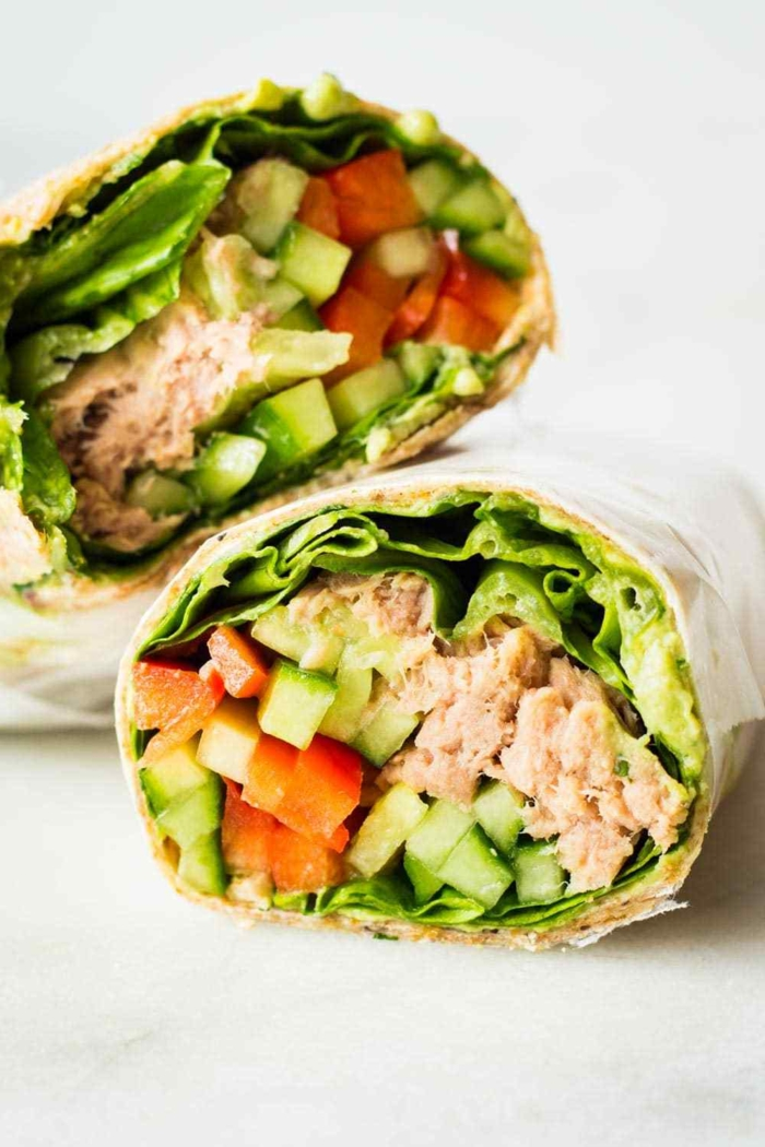 envueltos de tortilla rellenos de atún y verduras, envueltos frescos con pepinos, tomates y lechuga en 3 minutos, comidas saludables y simples de hacer