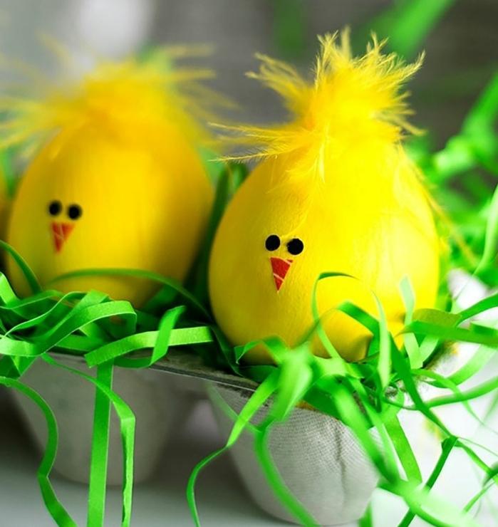 manualidades faciles de hacer, decoración bonita para la primavera, huevos pintados en amarillo en forma de pollos, bonita decoración para la mesa