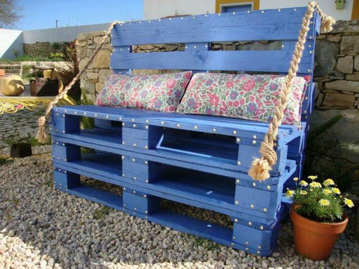 bonitos mueblos hechos de madera pintados en azul, muebles hechos con palets fáciles de hacer con cojines decorativos