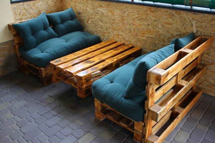 terraza de encanto decorada de muebles hechos con palets con colchonetas en azul, muebles de diseño sencillo DIY