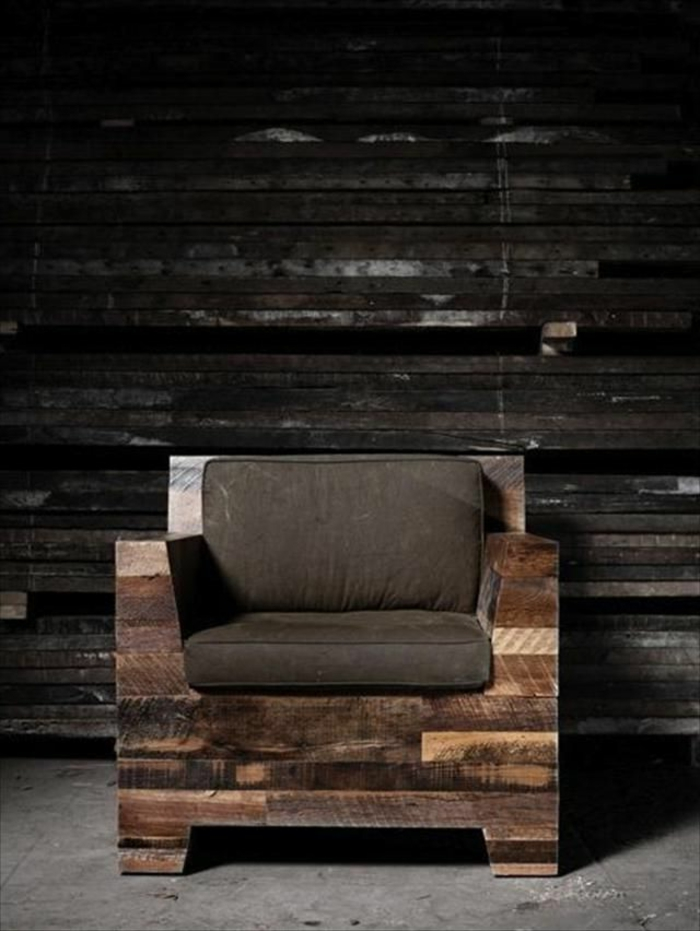 sillón de madera hecho de palets con colchoneta en marrón, paredes de madera, ideas de bancos con palets