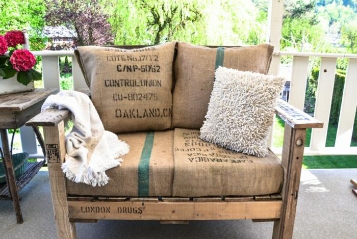 bancos con palets de encanto, banco de madera decorado con sacos de café y cojines decorativos