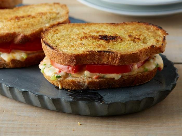 bocadillo con tostadas, huevo frito con cebolla y tomates, comidas saludables para un desayuno fácil y nutriente