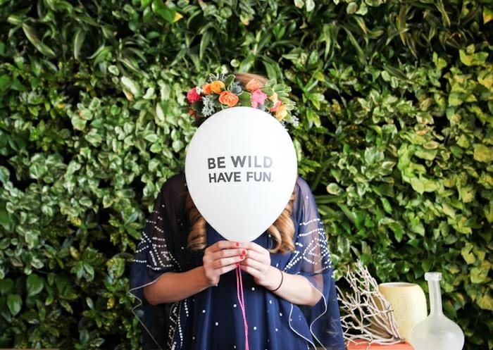 globos de cumpleaños con letras, fiesta en el jardín, mujer con corona de flores, bonitas ideas para decoración de fiestas