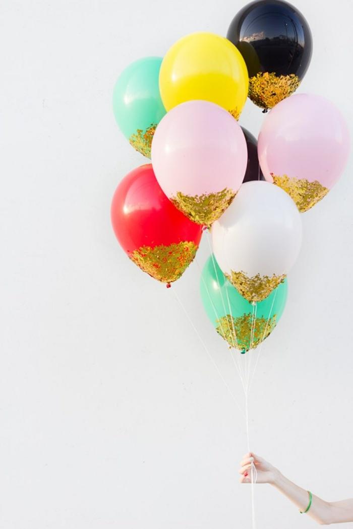 arcos de globos y ramos originales, globos en colores bonitos con decoración en dorado, ideas para decorar la casa