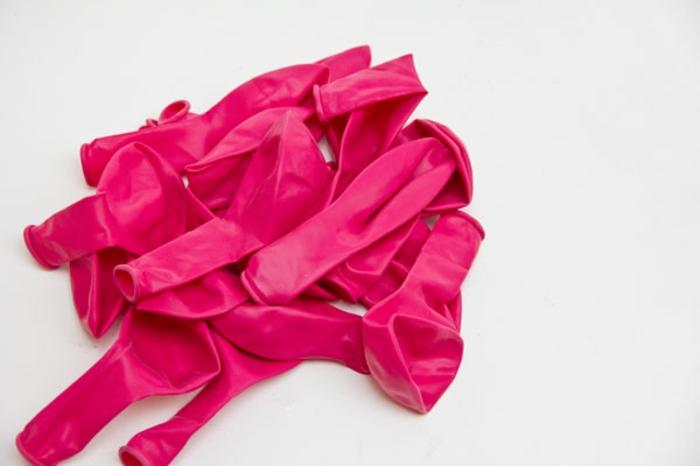 ideas para cumpleaños, globos en color rosado para inflar, como hacer un arco de globos en forma de corazón