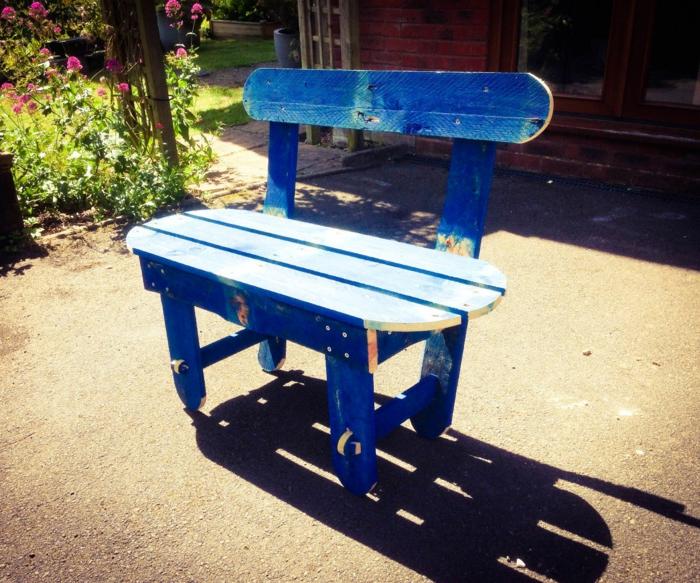 ejemplos de bancos con palets, banco pintado en azul con efecto desgastado, preciosa decoración para el jardín