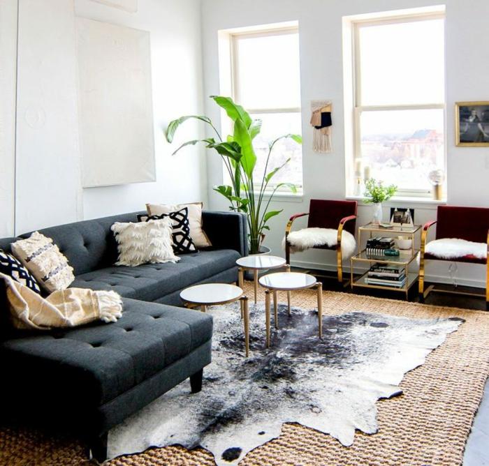 salón peqeuño decorado en estilo moderno, decoración de plantas verdes y detalles en dorado, ideas para decorar un salon escandinavo