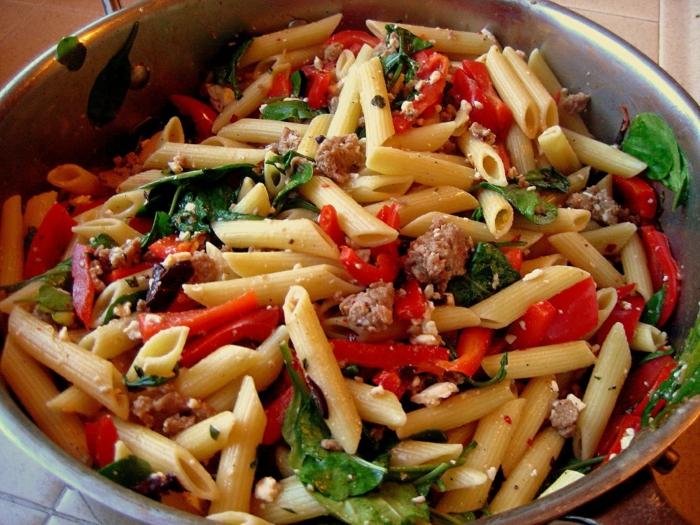 recetas sanas y simples, pene con carne picada y verduras frescas, recetas sanas con pasta y espinacas
