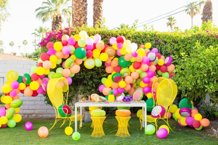 ideas fenomenales para decorar el jardín con globos, globos coloridos en colores llamativos, manualidades con globos paso a paso