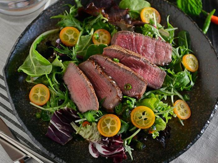 ensalada con carne de ternera cocida y espinacas, recetas sanas y simples de hacer para conseguir una dieta equilibrada