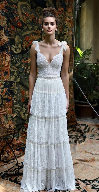 vestido boho de encanto en color blanco, ideas vestidos de novia de encaje, corte princesa con escote en v y moños en los hombros