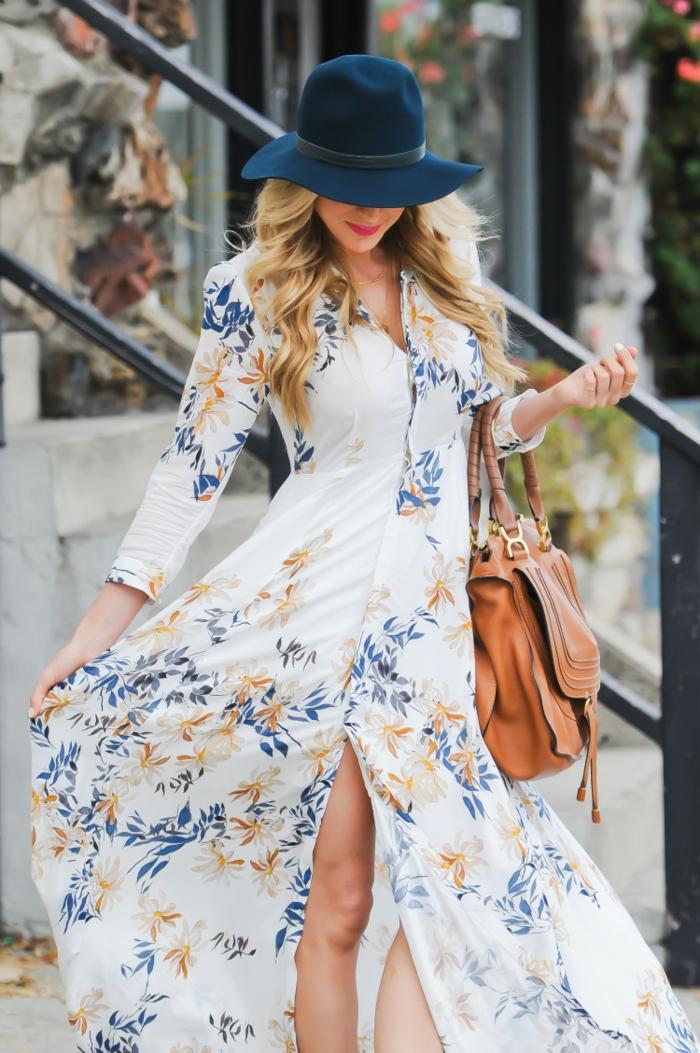vestido don mangas largas con grande hendidura, tela blanca con estampado de flores, vestidos largos estampados de verano
