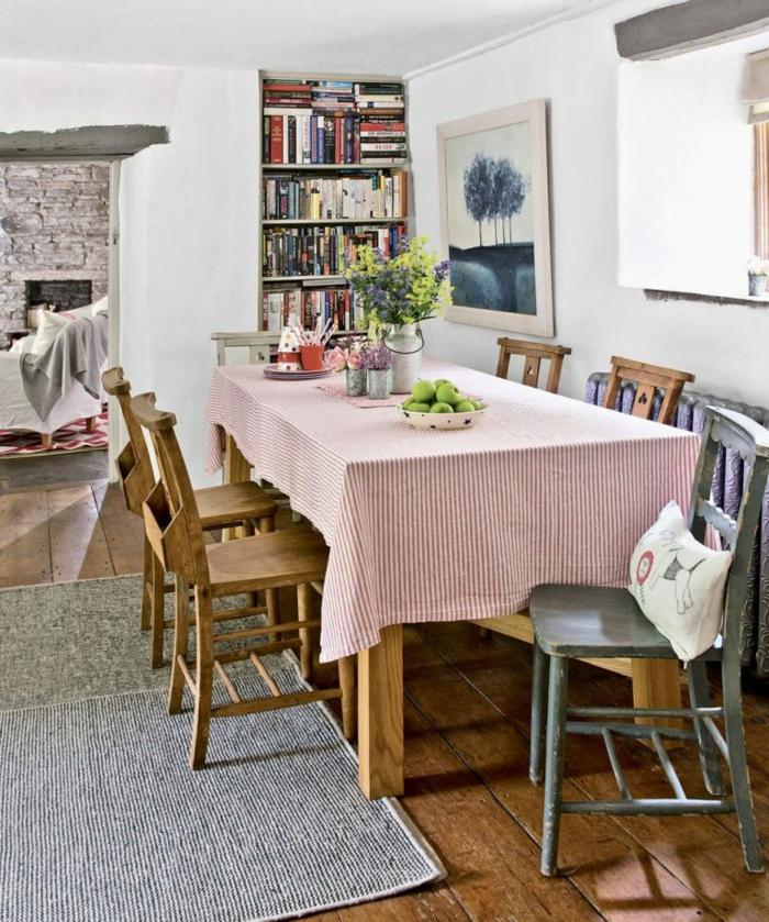 comedor en estilo provenzal abierto al salón, como decorar un salon en estilo vintage, pitnura en la pared y estantería de libros