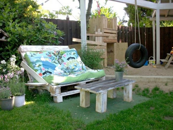 ideas para decorar el jardín, bancos con palets pintados en blanco con cojines decorativos