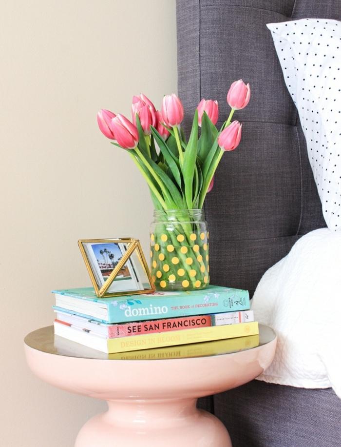 preciosa decoración con frascos de cristal, bote de vidrio decorado con pegatinas en amarillo, jarrón DIY paso a paso