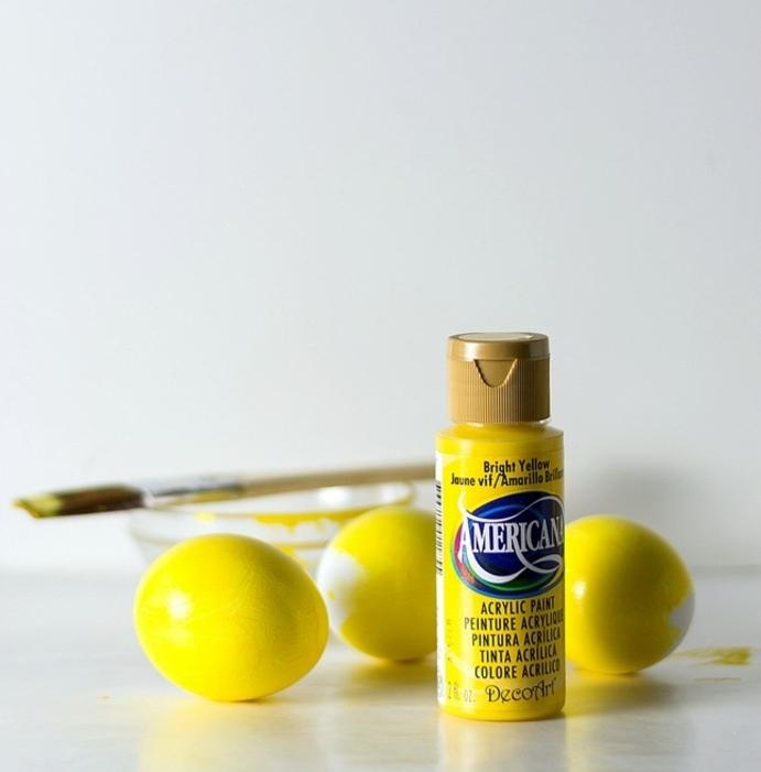 huevos atractivos decorados con pintura acrílica en color amarillo, huevos de pascua para colorear ideas sencillas y bonitas