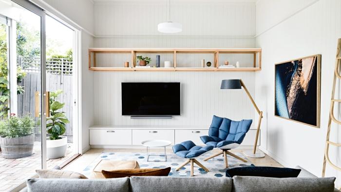 precioso interior en blanco con muebles en gris y un acento en azul, ideas para decorar un salon pequeño