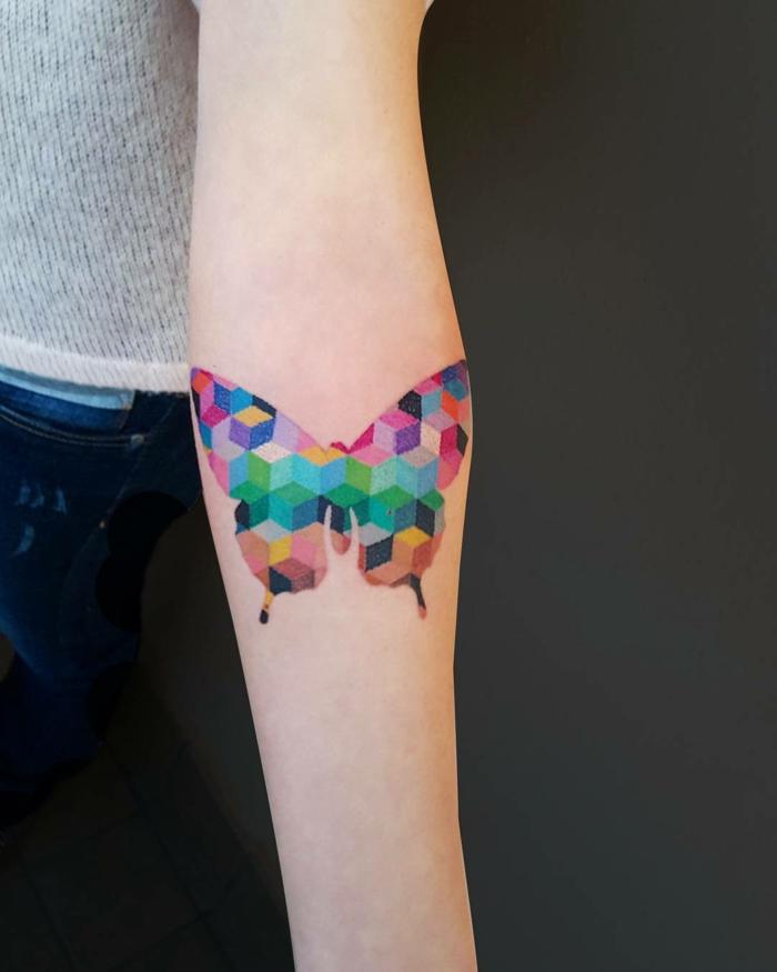 grande mariposa en colores en acuarela, ideas originales y bonitas de tatuajes antebrazo mujer