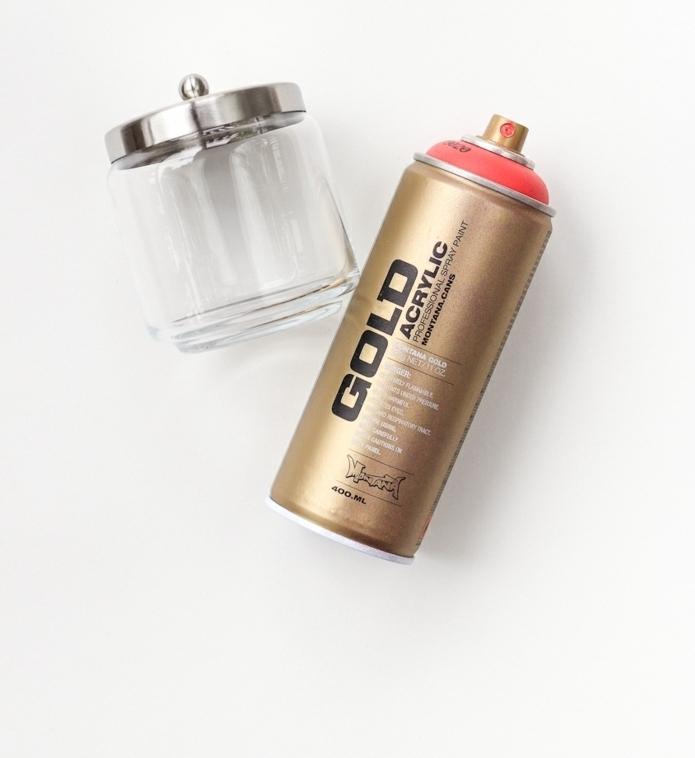 ideas de proyectos DIY con frascos de cristal pequeños, decoración con spray acrílico materiales necesarios