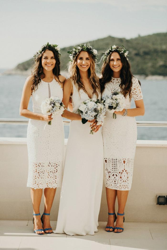 vestidos novia hippie de diseño sencillo, corte recto, escote en v y correas finas, corona de flores en la cabeza
