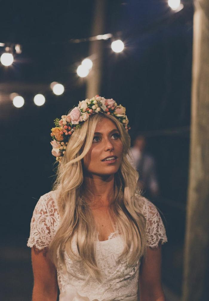 diseño bonito de vestidos novia hippie, vestido de encaje en blanco con mangas cortas, pelo suelto ondulado con corona de flores