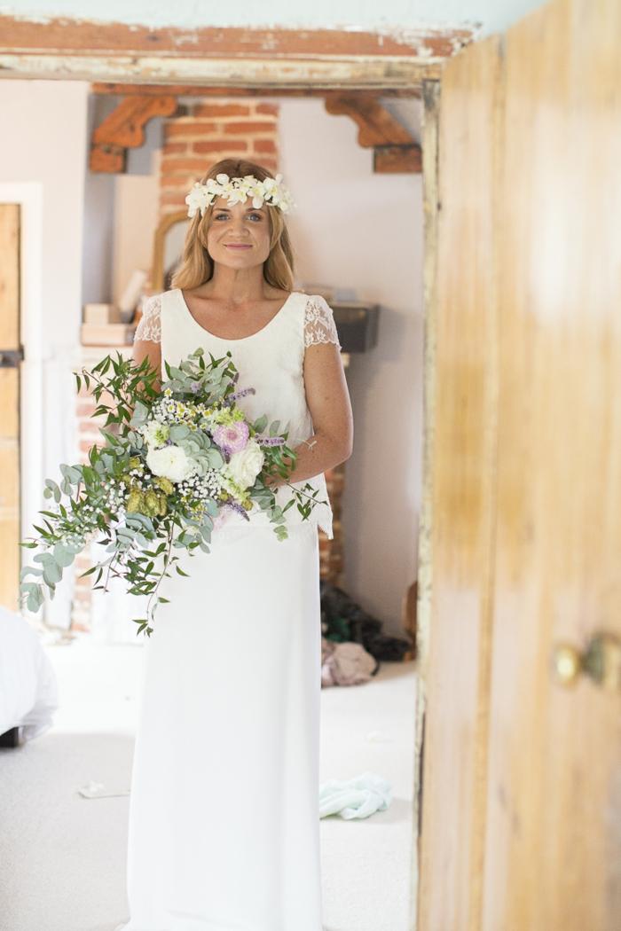 vestido de corte sencillo con mangas cortas de encaje, vestidos novia hippie y coronas de flores en la frente