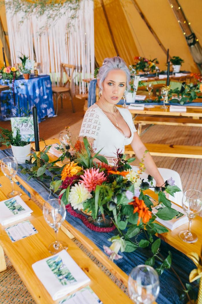 vestido sencillo con mangas cortas de encaje, ideas vestidos novia hippie, decoración con muchas flores