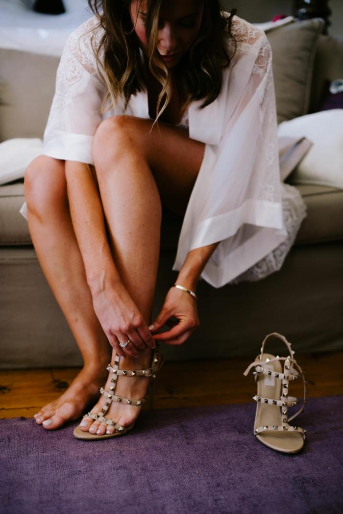 ideas con zapatos en tacones altos en beige, vestidos novia hippie originales, tendencias primavera verano 2018