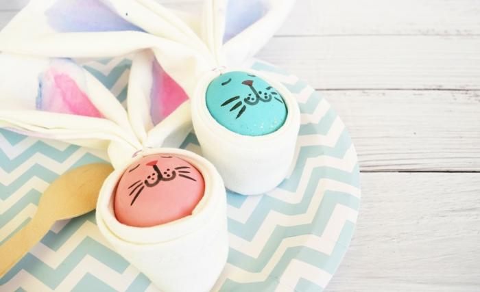 huevos de pascua coloreados con dibujos de cara de conejos, bonitas ideas para decorar el hogar paso a paso