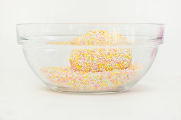 decoración original de huevos de pascua, huevos decorados con bolitas de azúcar en colores pastel
