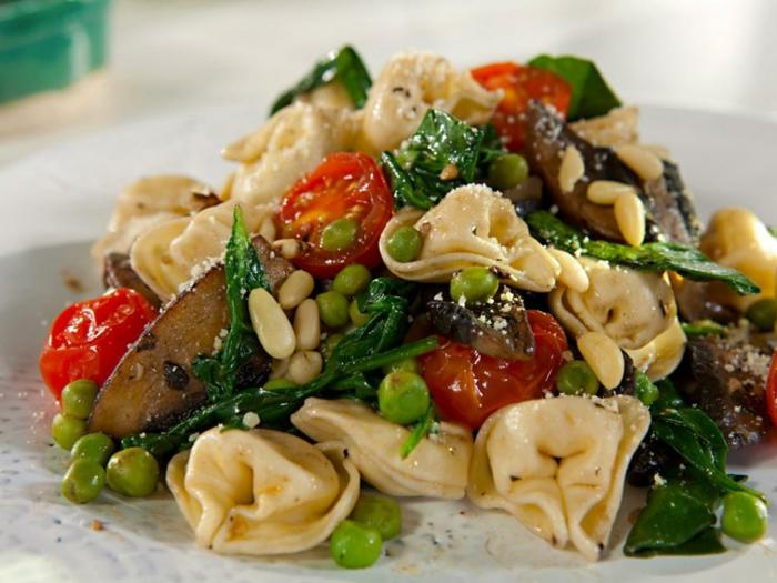 ensalada con pasta rica, recetas bajas en calorias con guisantes, tomates cherry y setas, ejemplos de ensaladas frescas