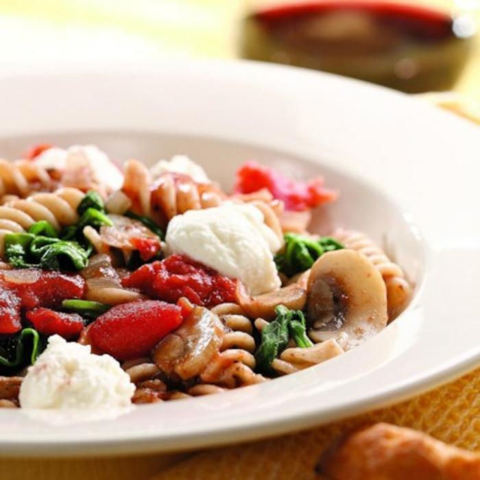 plato con pasta con crema de queso, setas, pimientos rojos y espinaca, ejemplos de recetas de cocina casera gratis