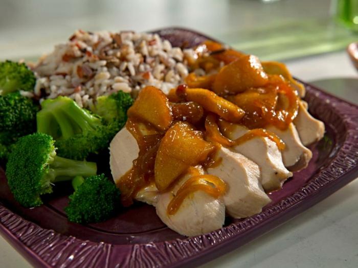 menú de recetas bajas en calorias, pollo con salsa original, brócoli al vapor y arroz con verduras, senas saludables