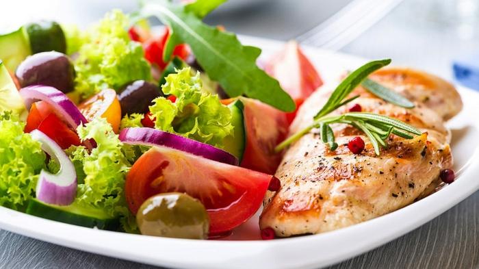cena saludable y rica, pechuga de pollo a la plancha y ensalada de frescas verduras, ejemplos de recetas bajas en calorias