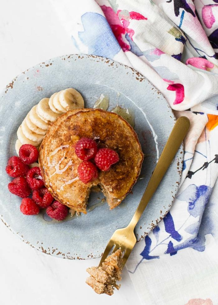 bonitos postres, crepes adornados de frambuesas y plátano, recetas bajas en calorias veganas