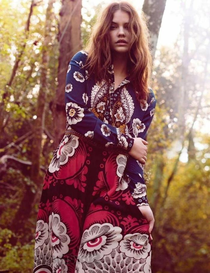 vestidos largos estampados en estilo boho chic, vestido moderno con mangas largas en azul y rojo con dibujos de flores