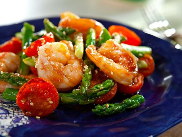 receta con mariscos y esparragos, gambas y tomates cherry, ideas de recetas bajas en calorias