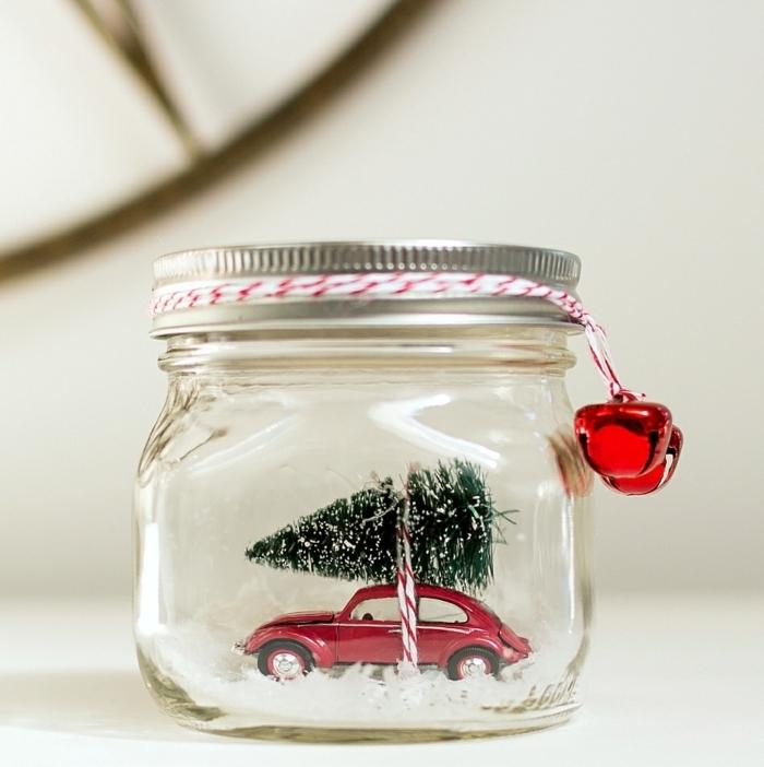 ideas de decoración navideña con botes de vidrio, manualidades con botes de cristal, bote de vidrio lleno de adornos navideños