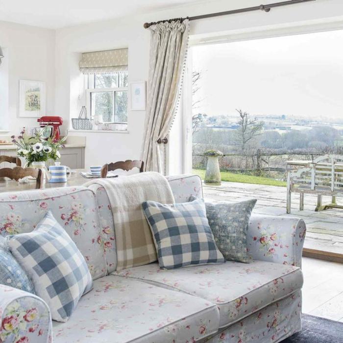 decoracion comedor en estilo provenzal, espacio abierto con salón de encanto, sofá tapizada en azul con motivos florales