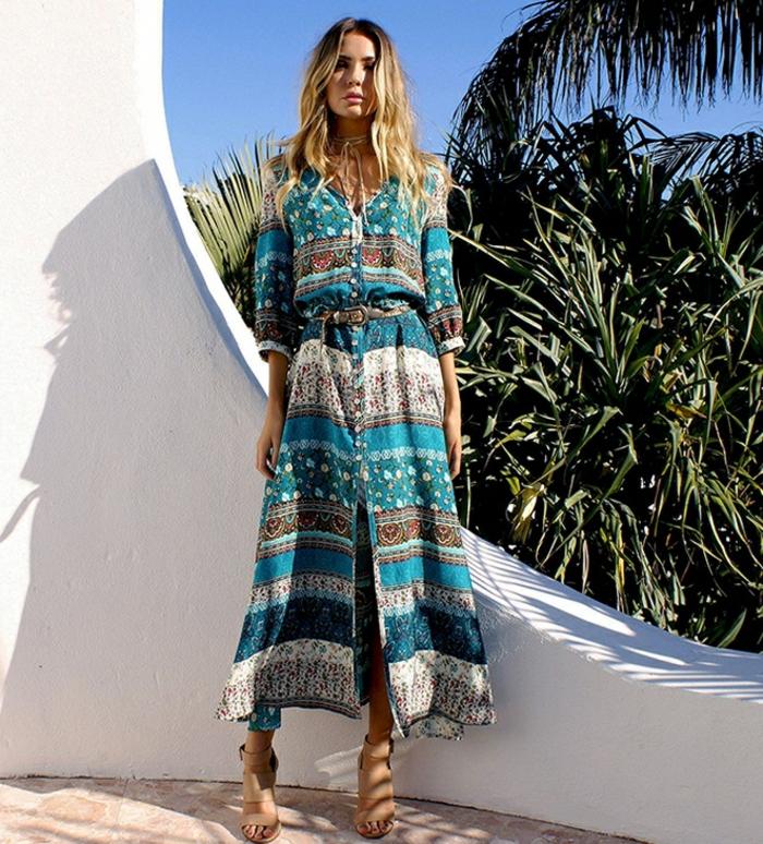 fantástica propuesta de vestidos largos estampados, vestido en azul y beige con cinturón en la cintura y motivos florales