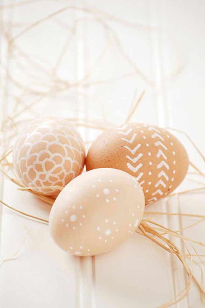 dibujos de huevos de pascua hechos con trozo de vela, huevos de gallinas con ornamentos en blanco, manualidades pascua faciles de hacer