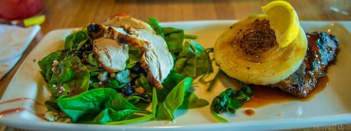 plato con verduras, carne de ternera y cebolla a la plancha, interesantes propuestas de recetas bajas en calorias
