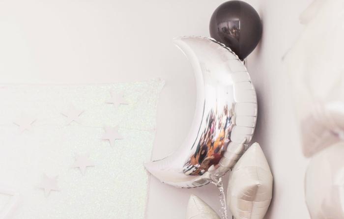 manualidades para cumpleaños, globos decorativos en color plata y negro en forma de luna y estrellas