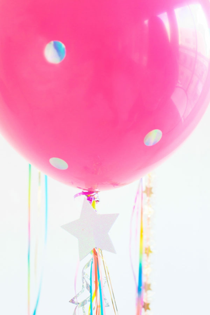 ideas con globos de cumpleaños, grande globo en color rosado decorado, manualidades para decorar la casa paso a paso